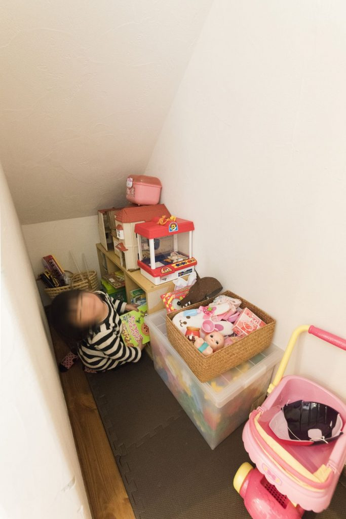 階段下スペースにはおもちゃを収納
