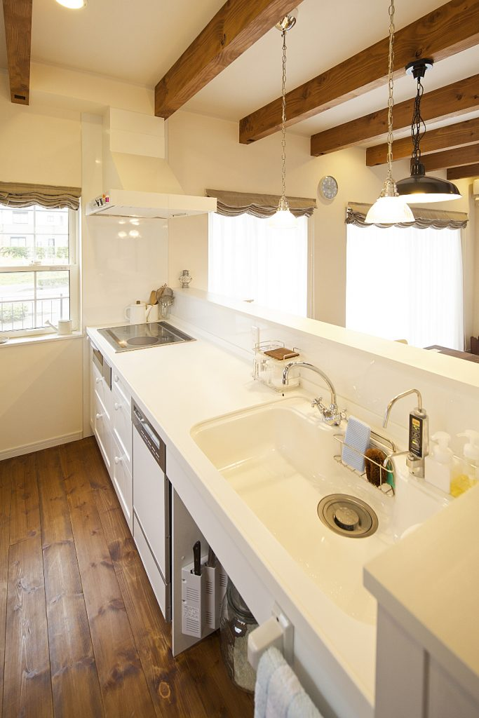 白で統一されたキッチンはデザイン・使い勝手も抜群。