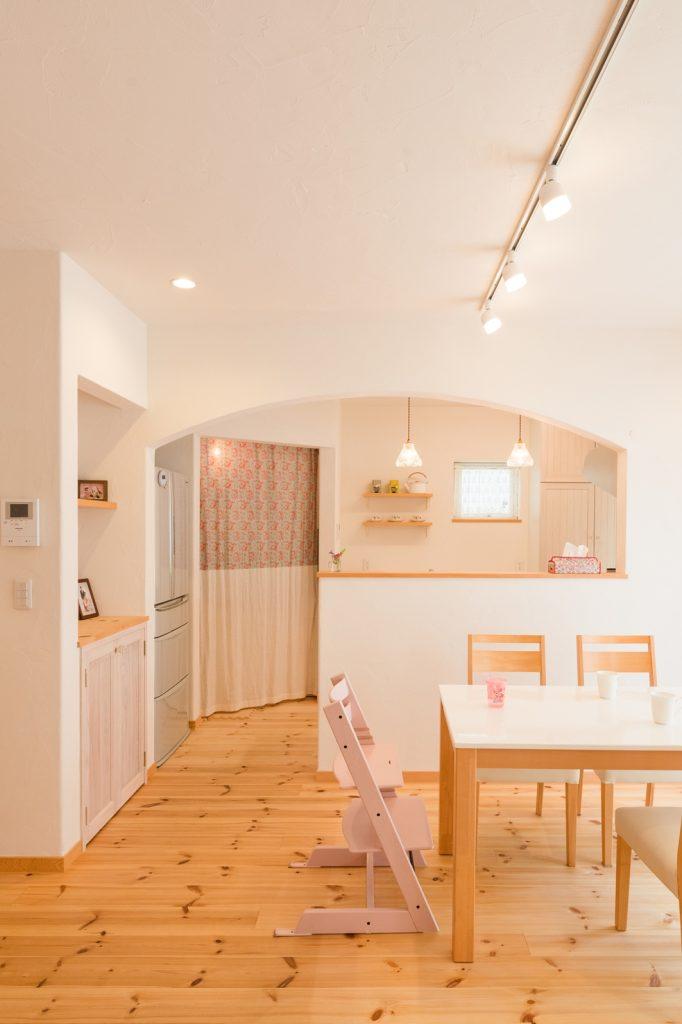 キッチンへの出入りは可愛いアーチ型の垂れ壁に