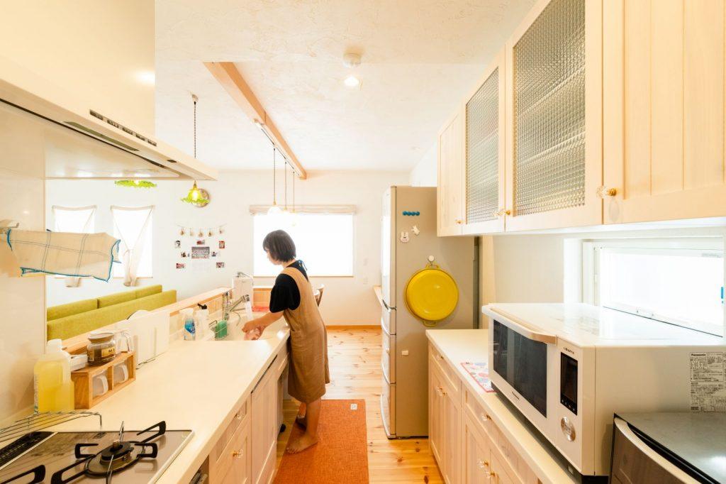 ホワイトで統一された動線のいいキッチン