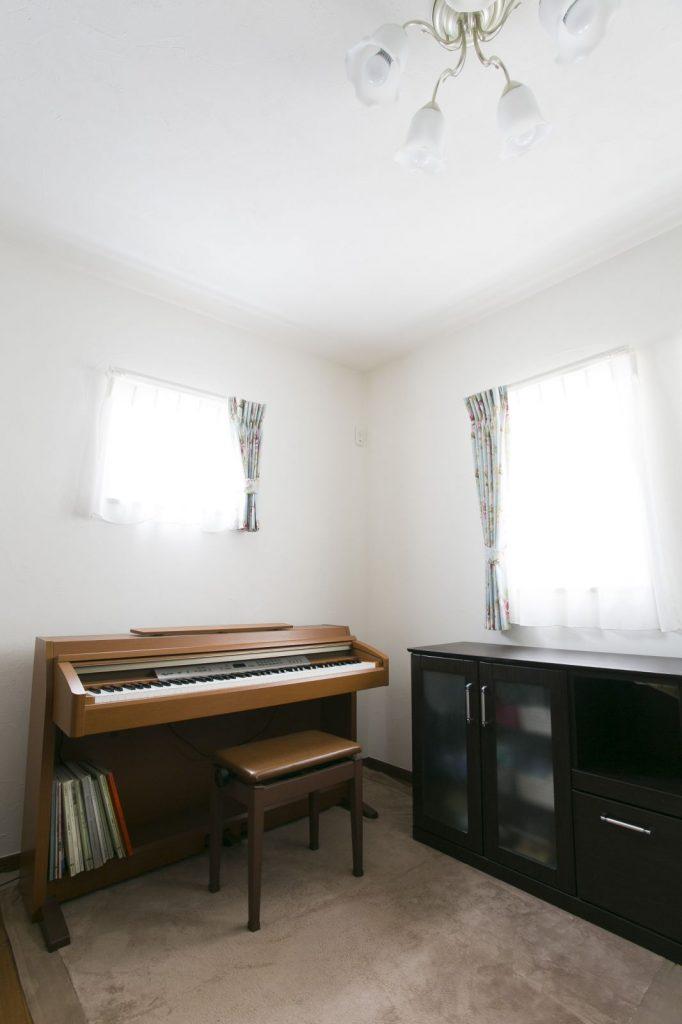 将来、ピアノ教室を開くことも考慮して、玄関の正面の部屋をピアノ室にした。