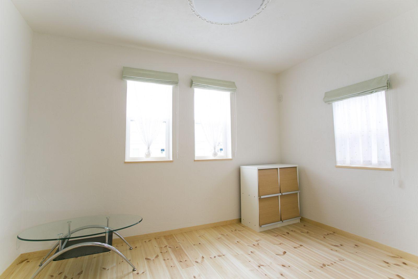 天然木の床とスペイン漆喰、自然素材に包まれた部屋の中には、やわらかな空気が漂う
