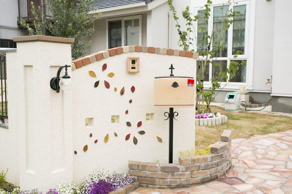 色とりどりのタイルを埋め込んだ白壁とレンガの組み合わせも、海外の住宅をイメージさせる。