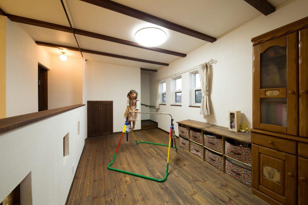 2階のフリースペースは、子どもの遊び場やセカンドリビングとしても使える多目的空間。