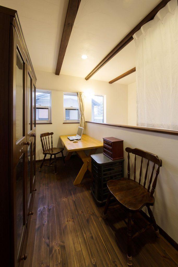 アンティーク家具がよく似合うご主人の 書斎。窓や吹抜けからの眺めも抜群