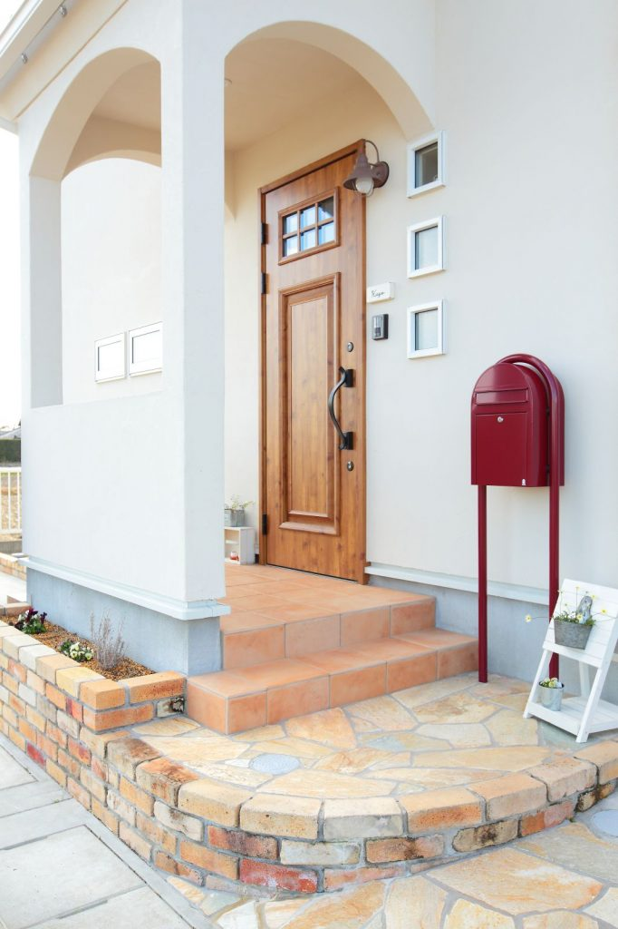 赤色のポストがアクセントになった玄関ポーチ