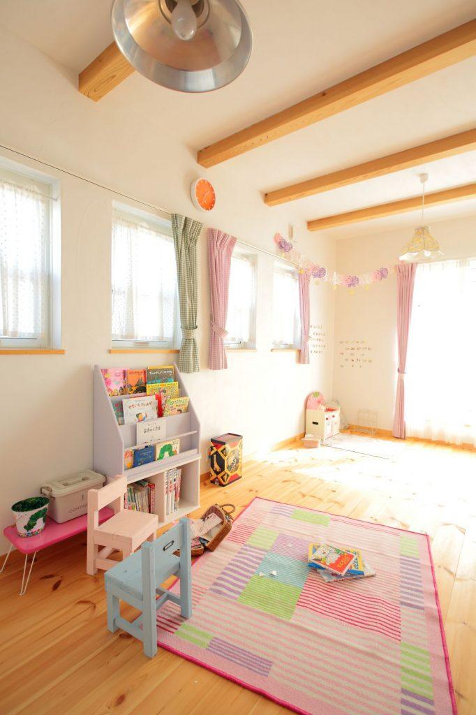 子どもがすくすく育つ、自然素材に囲まれた室内