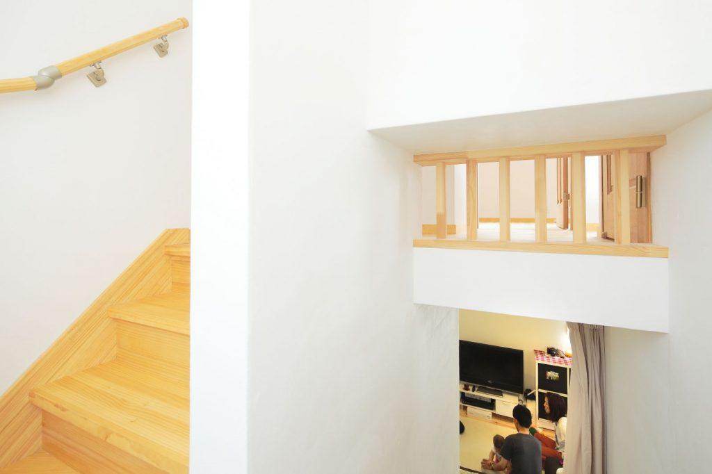 階段の途中には、明かり取り用の格子が