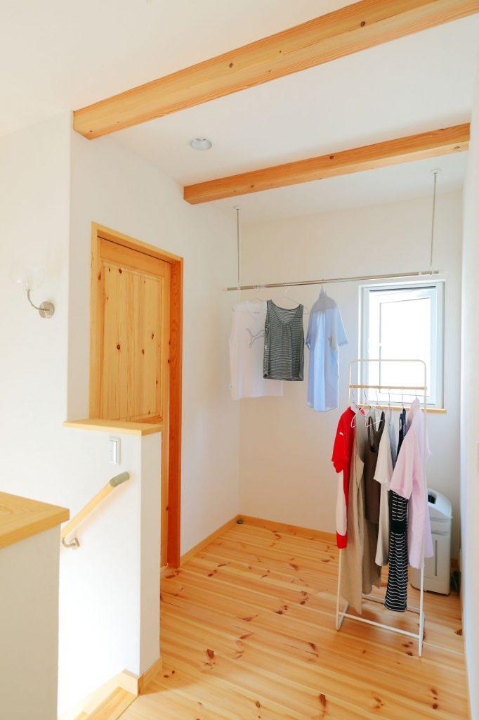 階段を上がってすぐのホールは、室内干しもできる空間になっている