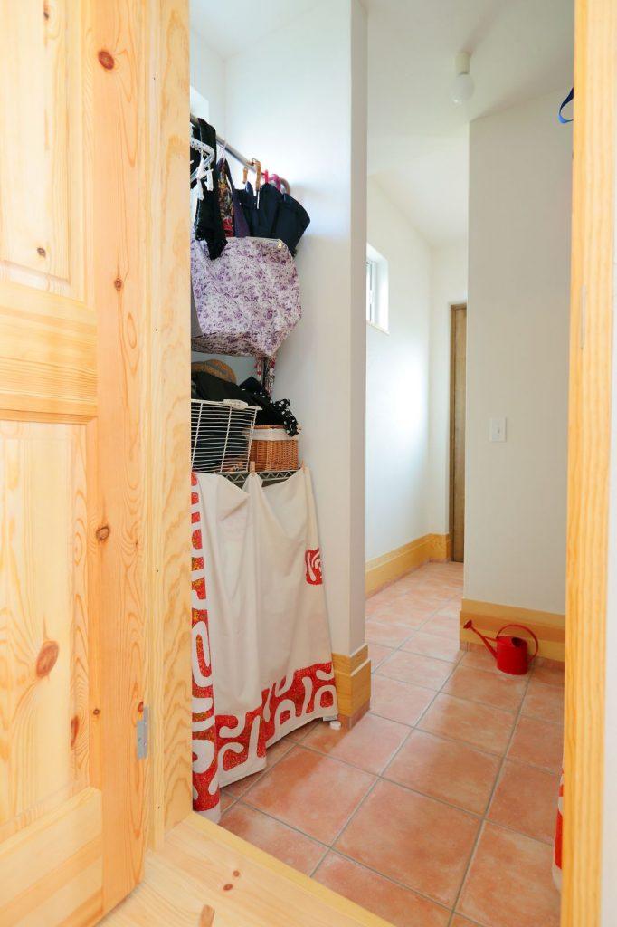 玄関土間を奥に進むとシューズクロークがあり、その先はキッチンと繋がっている