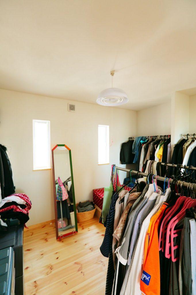 収納は2階のファミリークローゼットにまとめて、各個室を広くすっきり使用できるようにした