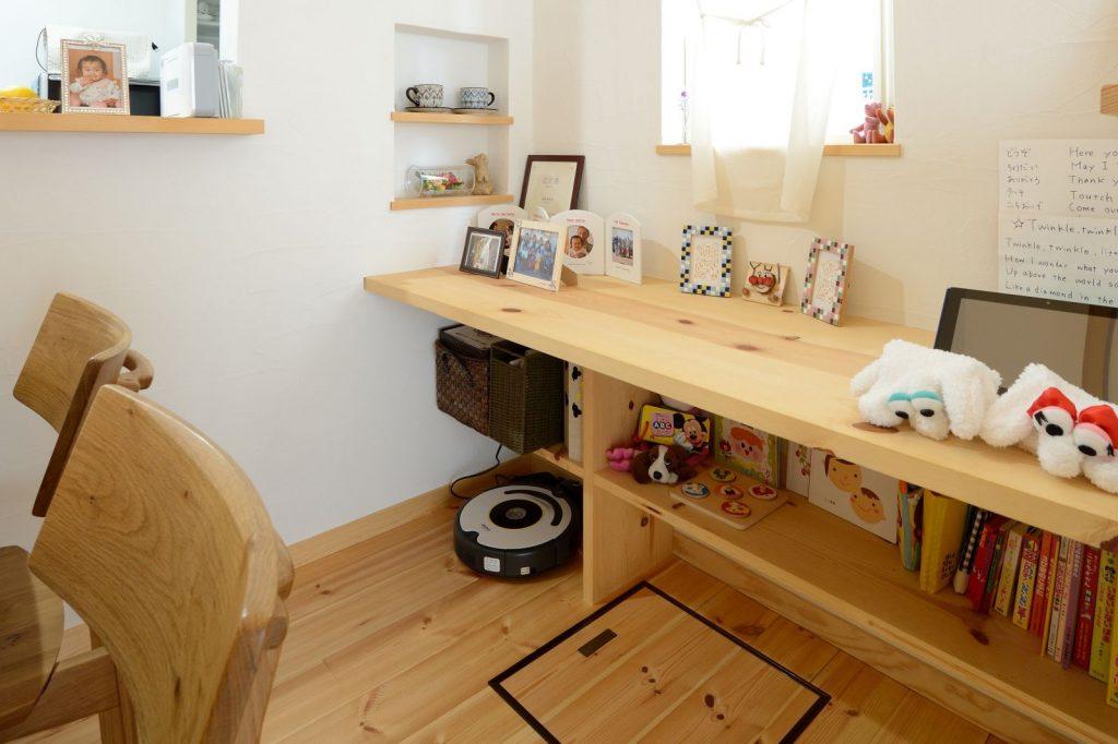 キッチンに立つ奥様に見守られながら勉強できる造作カウンター