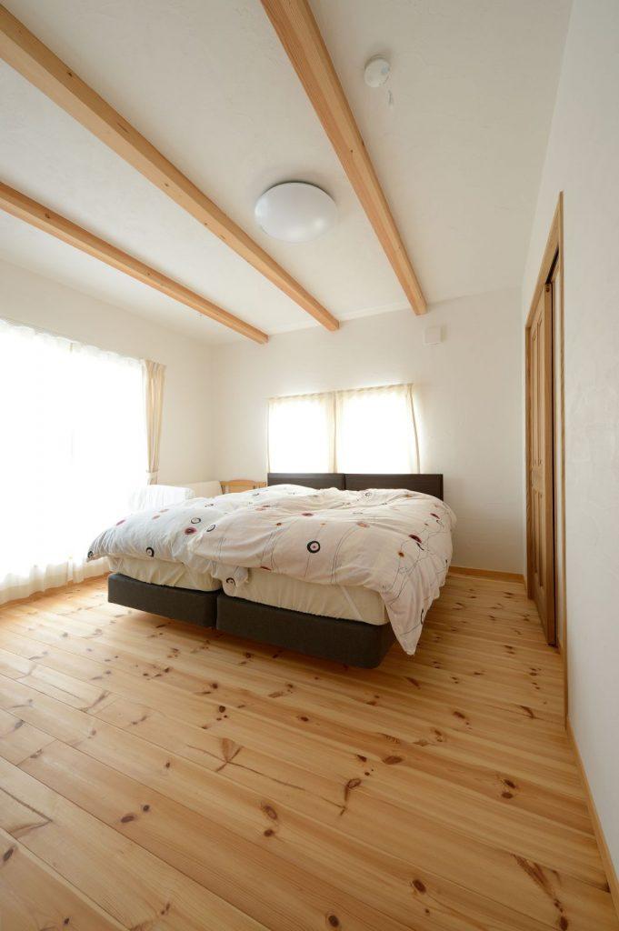 セカンドリビングのように寛げる主寝室。右手のクローゼットはL字で廊下までつながる