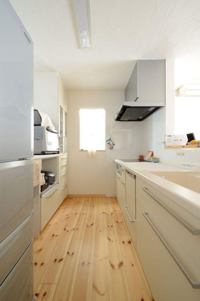 キッチンは使いやすさを重視しシンプルに