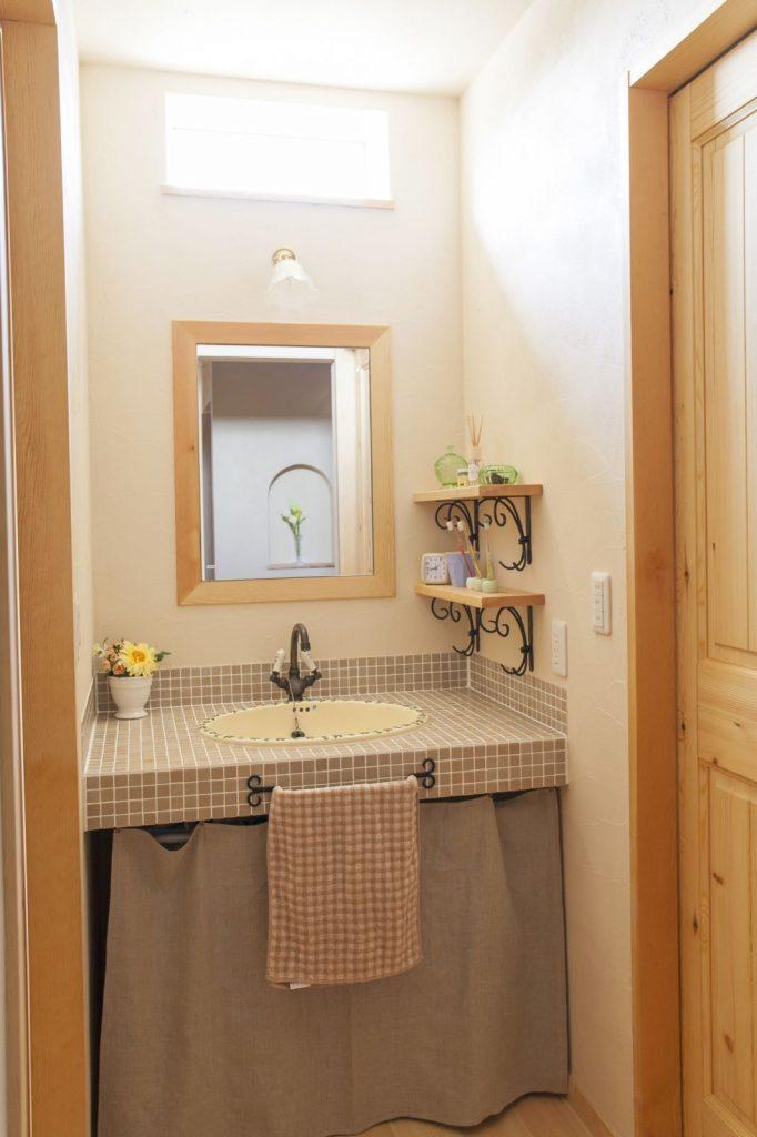 フレンチカントリー調の洗面台は、柱や壁に馴染むブラウン系で統一