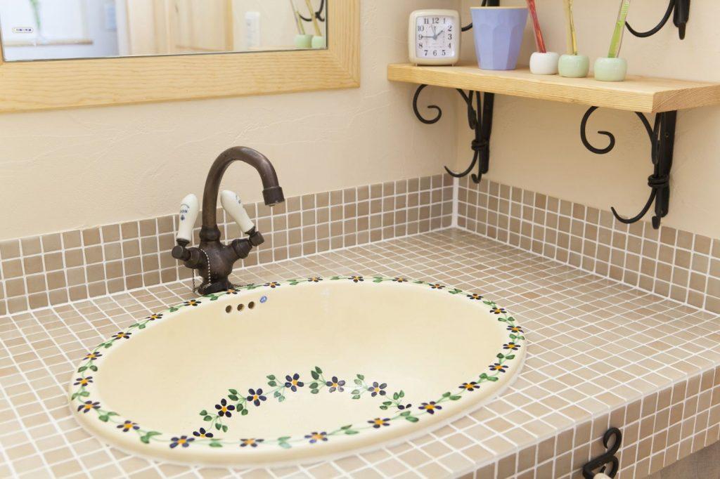 可愛らしいお花をあしらった陶製の洗面ボウルを採用。奥様の好みにぴったり。