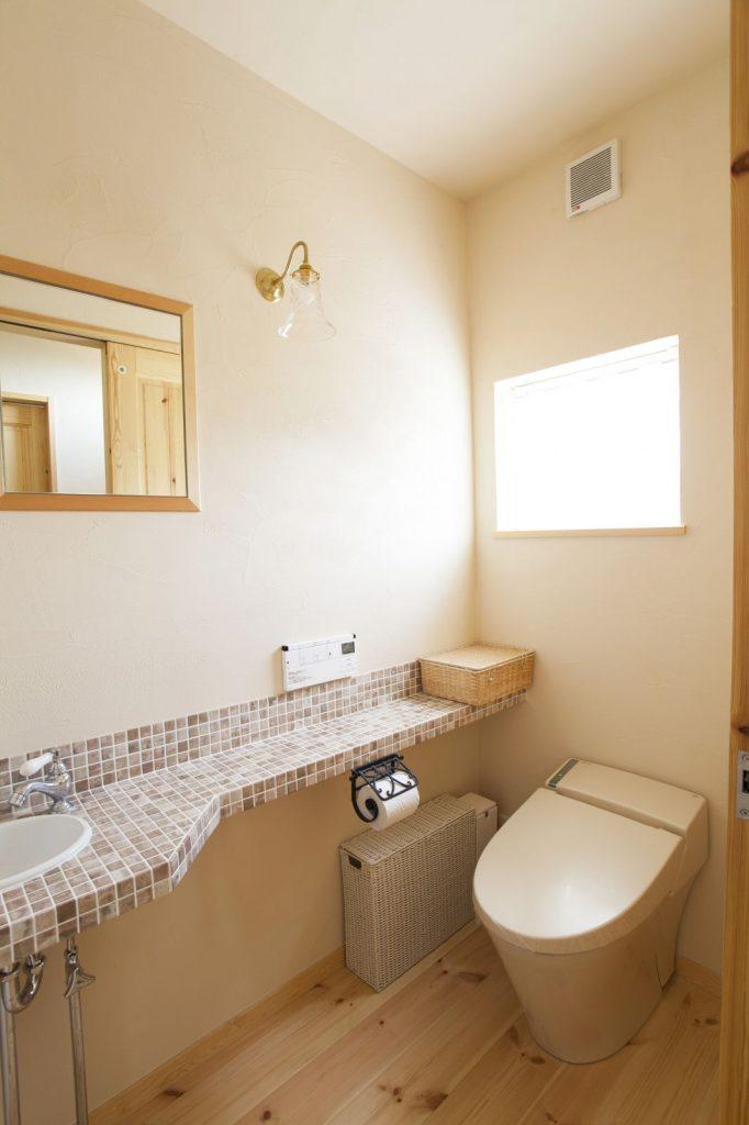 やわらかな光が注ぐトイレ。ペーパーホルダーなど、細部にこだわりが感じられる