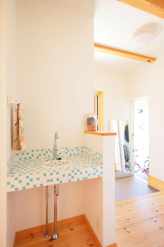 玄関から上がってすぐ右手にある手洗い場。お子様は帰ってきたら手を洗う習慣が自然と身についた