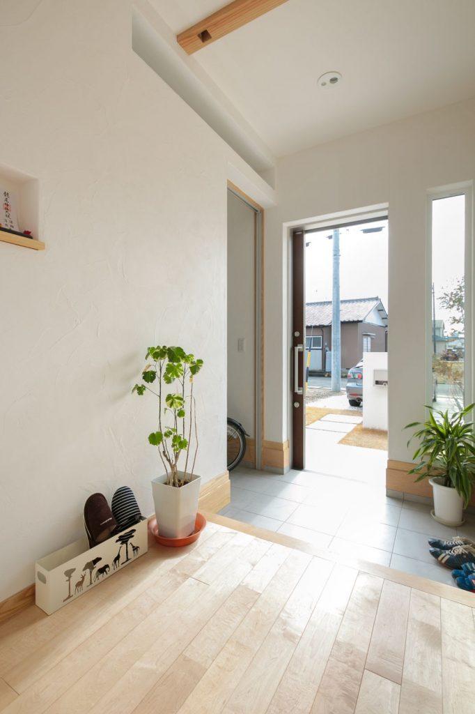 無垢の床、塗り壁のスペイン漆喰の優しい質感と表情が一瞬にして伝わる