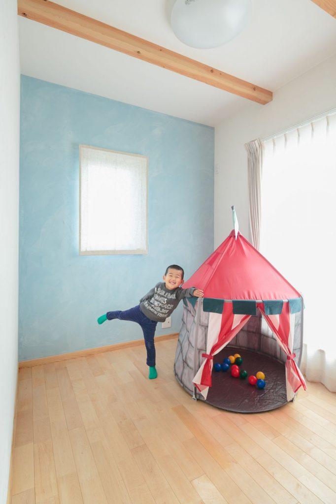 子ども部屋は、壁一面だけ塗り壁の色を変えることで アクセントをつけて、ワンランク上の可愛い空間に。