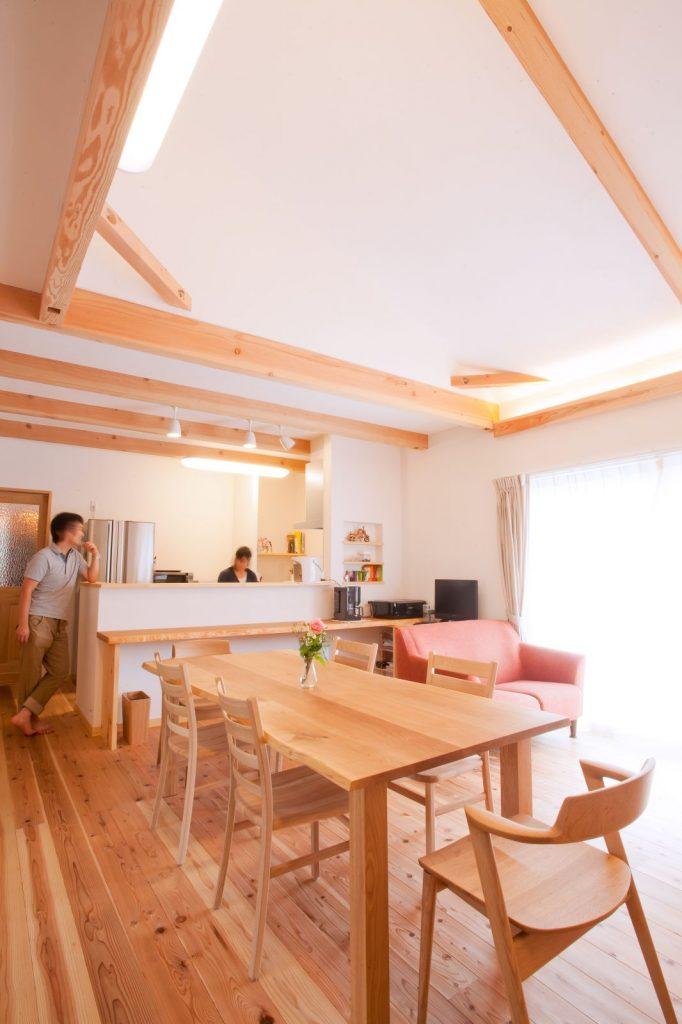 LDKは勾配天井にし、平屋建てでも開放的な空間が実現
