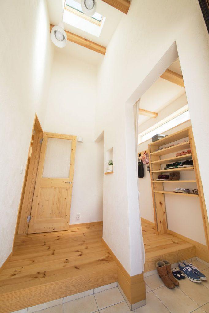 勾配天井・トップライトを設けることで叶った開放的な明るい玄関