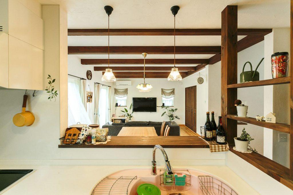 カフェをイメージしたキッチンの飾り棚も素敵