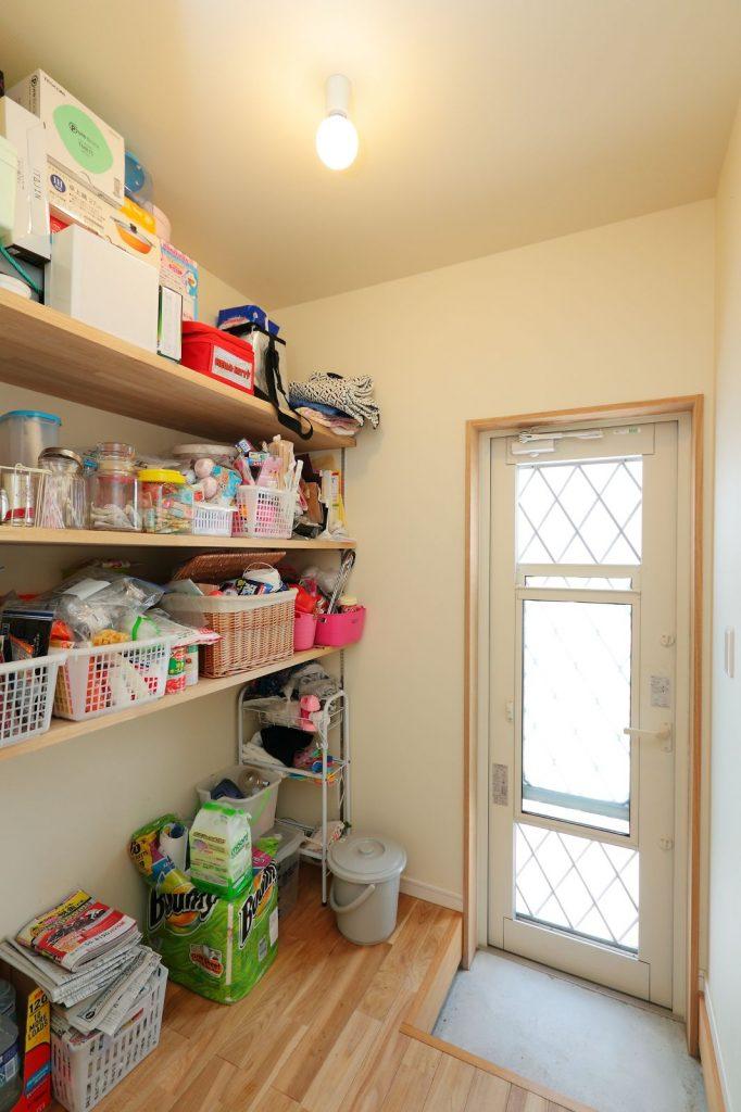 キッチン横に設けた大容量のパントリー。勝手口も便利