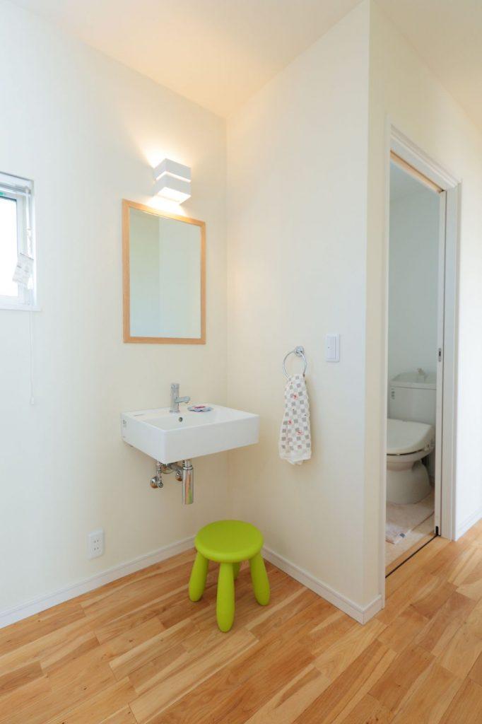 2階のホールに設けたシンプルな洗面台コーナー