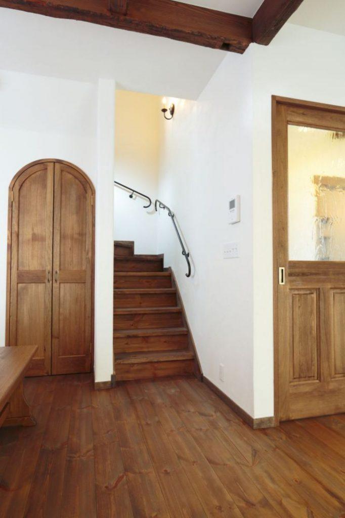 リビング階段やドアなどの建具も深みのある色合いで温もりを演出
