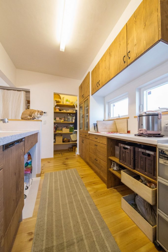 パントリー&収納棚!収納に困らないキッチン