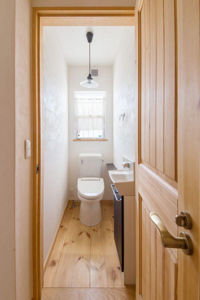 無垢フローリングのトイレ