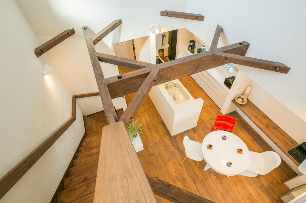 2階から吹抜けを見下ろす。家を支える梁も空間のポイントになっている