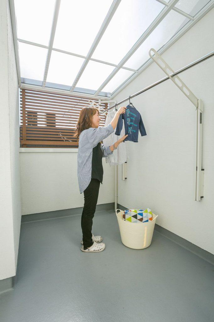 ベランダは洗濯物が外から見えないように腰壁を高くし、目隠しも設けた