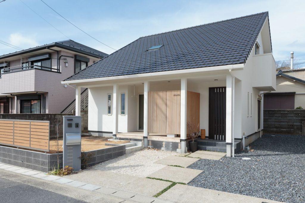 呼吸する無垢の木と本物の自然素材でつくる大屋根の家