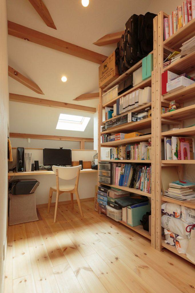 2階ホール奥に設けた書斎スペース
