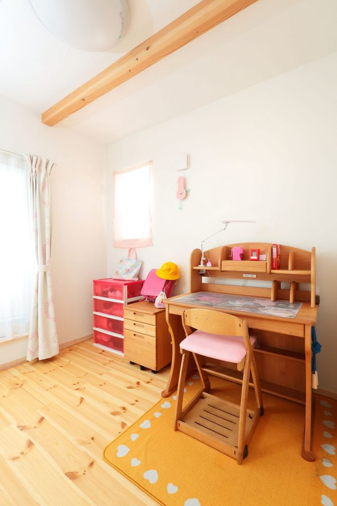 子ども室は小窓を設けることで明るい雰囲気に