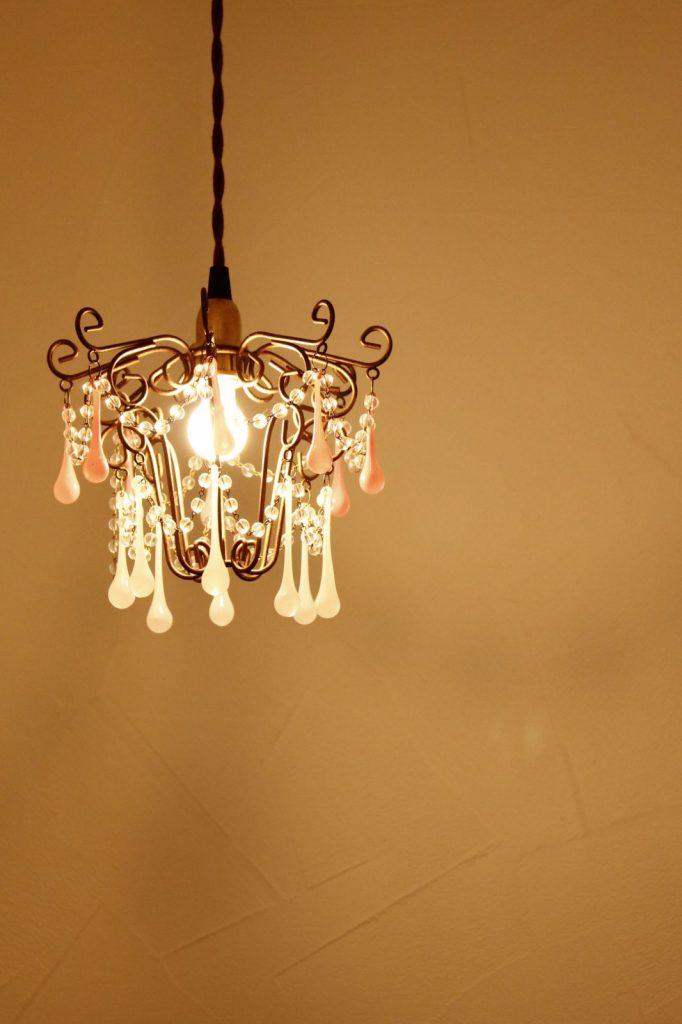 照明と塗り壁のコントラストが素敵
