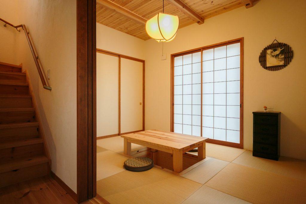 天井の羽目板や掘りごたつで趣を感じられる和室