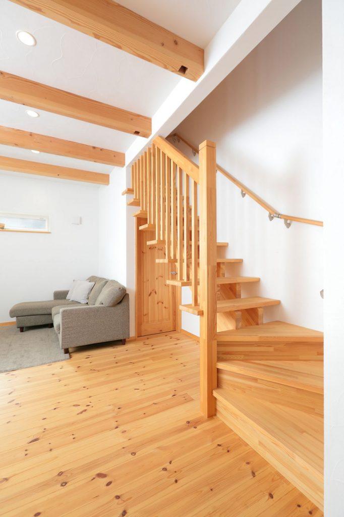 ストリップ階段にすることで開放的なリビングを演出