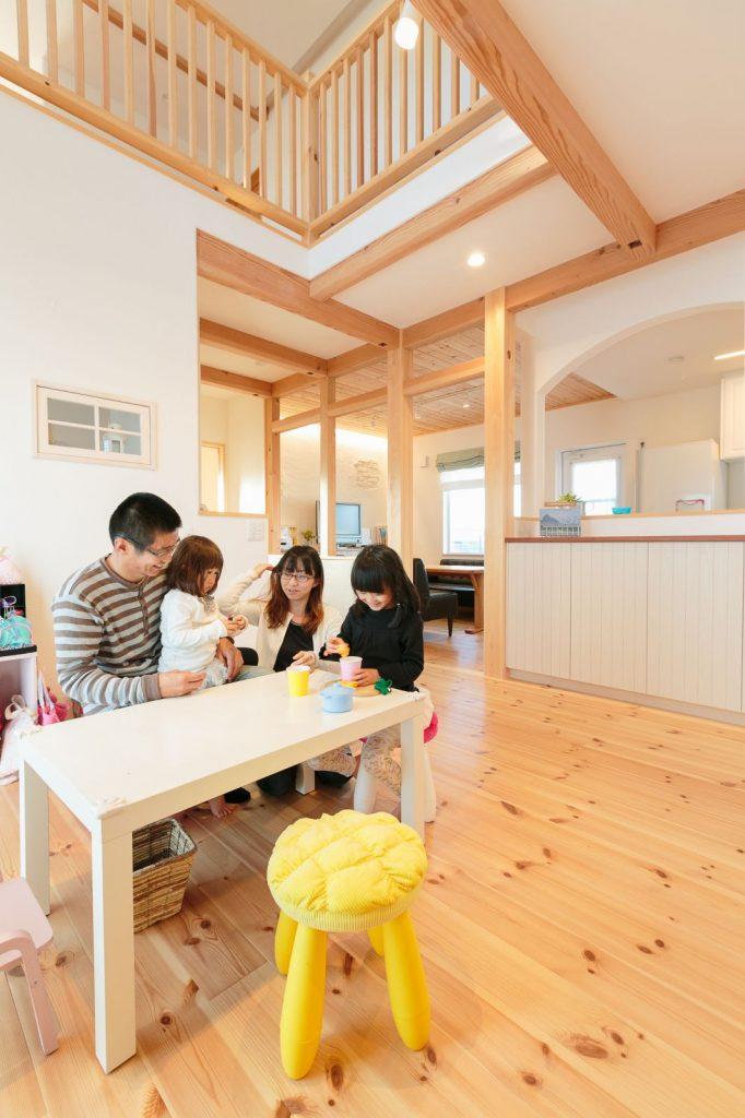 キッチン位置を調整した際に余ったスペースにはリビングを片付けられる作り付けの棚を設置