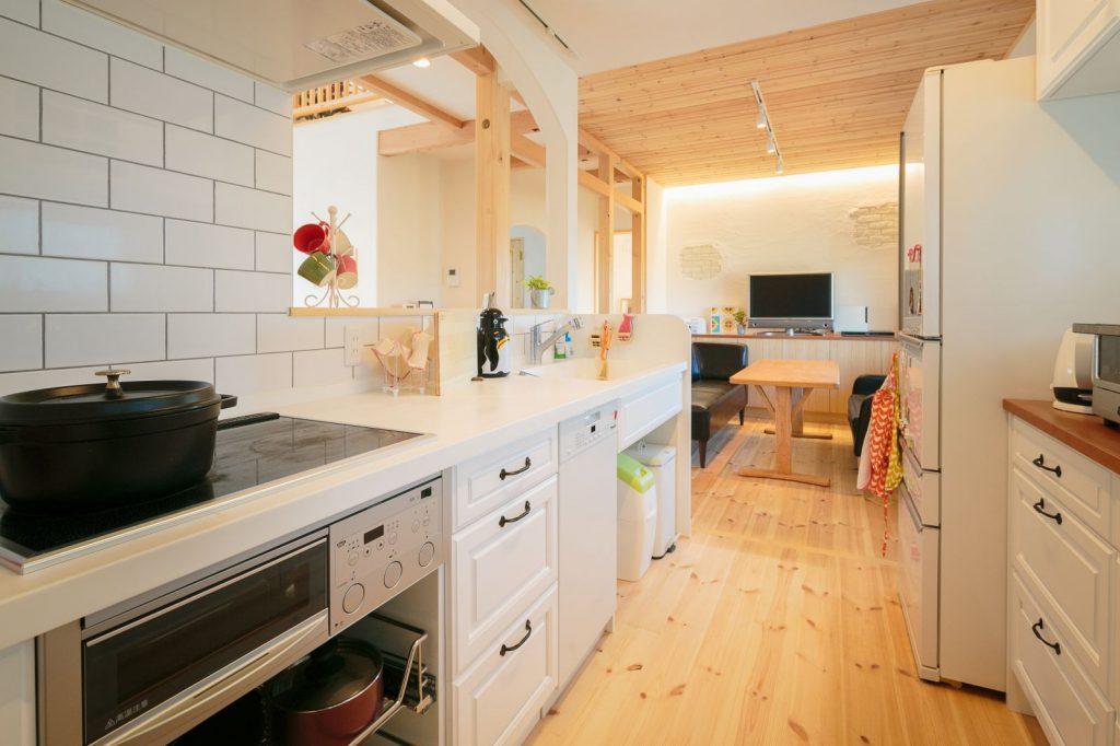 タイル貼りのキッチンは白を基調とした爽やかな空間