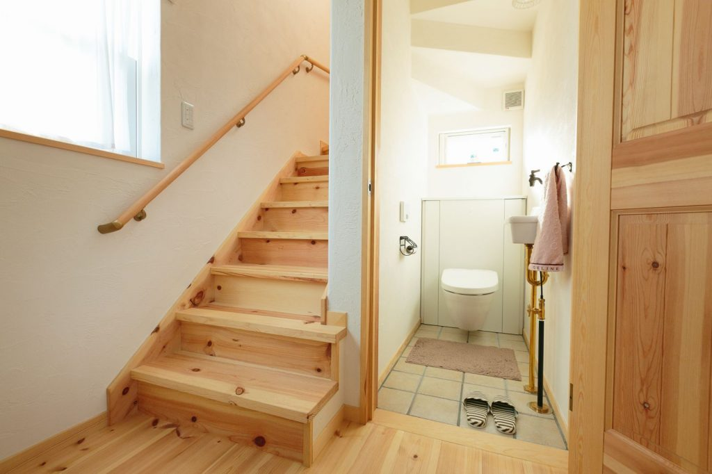 階段下のスペースをトイレに