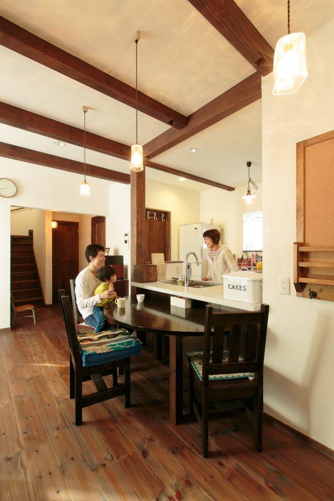 対面キッチンに半円のダイニングテーブルを組み合わせてカフェ風に演出