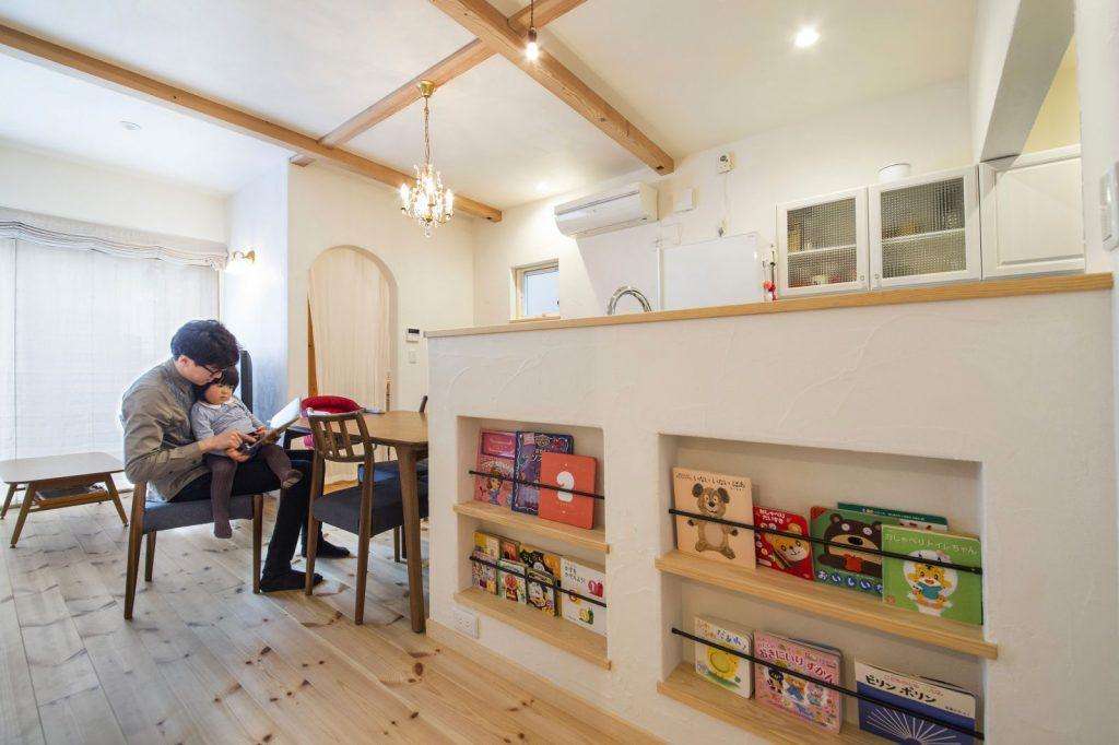 カウンターキッチンには本棚を設けて見せる収納に
