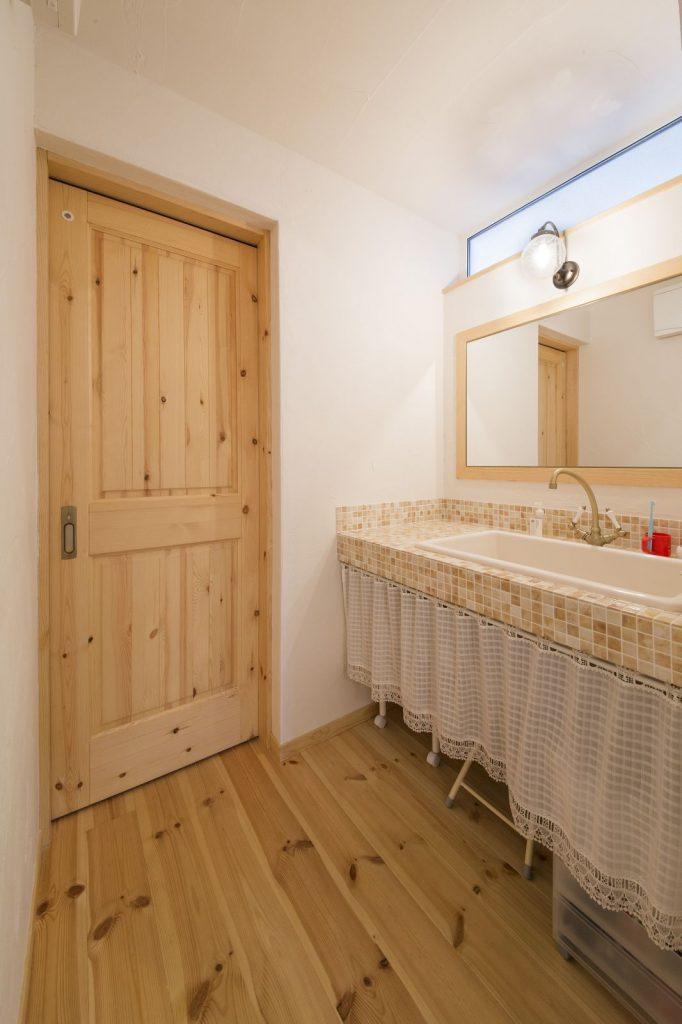 洗面スペースは落ち着きのあるタイルの色が全体とマッチ。