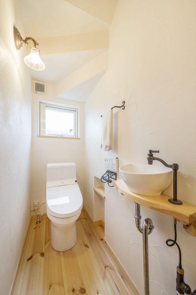 オリジナルの洗面がついたトイレ