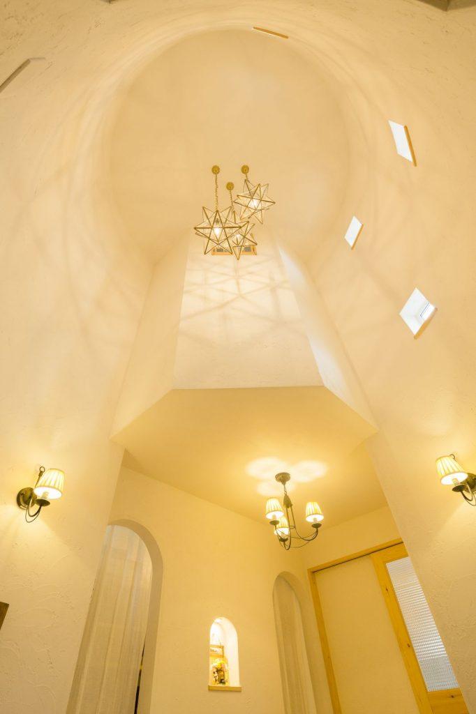 小さな窓からやさしく陽が注ぎ、照明の明かりが塗り壁の質感に豊かな表情を与える