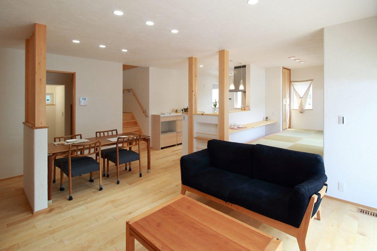 新築住宅完成見学会の漆喰と無垢材で仕上げたLDK