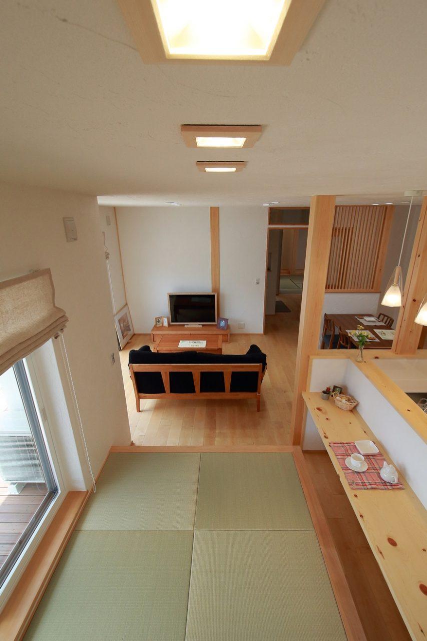 新築住宅完成見学会の漆喰と無垢材で仕上げた小上がり畳コーナー